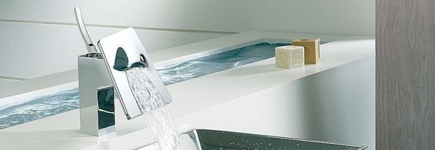 Robinets de lavabo avec eau en cascade