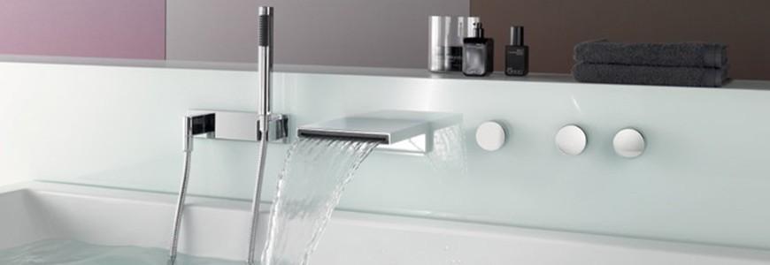 Robinets de baignoire avec l'eau en cascade